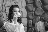 Joven hermosa mujer sentada en el café — Foto de Stock