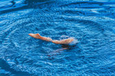 Little girl ion synchronized swimming — Stockfoto