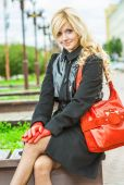 Girl sits on city bench — Stock Photo