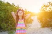 Malá holčička v klobouku na sunset — Stock fotografie