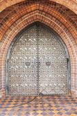 Drzwi metalowe w starożytnej fortecy — Zdjęcie stockowe