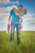 年轻女人抱抱人 — 图库照片