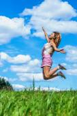 Young woman high jumps — Stock Photo