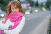Porträt des Mädchens über Autobahn — Stockfoto
