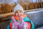 Küçük kız yaşasın ve gülerek asansörleri — Stok fotoğraf