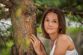 Jovem perto de árvore de tronco — Fotografia Stock