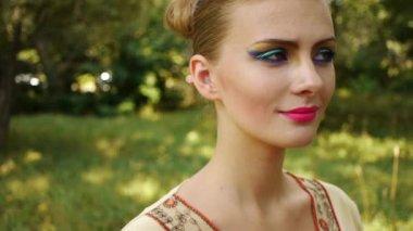 Junge Frau, die ihre Augenlider färben — Stockvideo