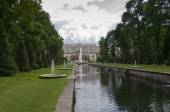 Royal palace and fountains in Peterhof — Stock Photo