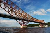 Red Dragon bridge over Irtysh river, near Khanty-Mansiysk, Russi — Stock Photo