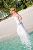 Hermosa mujer caminando junto al mar en playa tropical — Foto de Stock