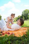 Junge glückliche Vater mit Tochter im park — Stockfoto