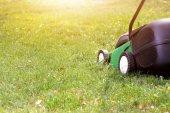 Elektryczna kosiarka na zielonej trawie — Zdjęcie stockowe