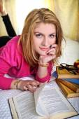 Φοιτητής συλλογισμένος και χαμογελαστό κορίτσι διαβάζοντας ένα βιβλίο — Φωτογραφία Αρχείου