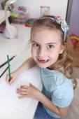 Young jagged girl draws with crayons — Stock Photo