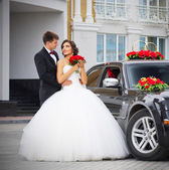 Novomanželé nedaleko domu — Stock fotografie