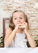 Маленькая девочка ест шоколад — Стоковое фото