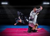 Martial-Arts-Kämpfer in Sporthalle — Stockfoto