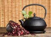 Black teapot, hibiscus tea — Stock Photo