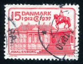 Equestrian Statue of Frederik V and Amalienborg Palace — Stock Photo