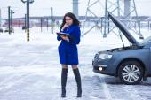 Attracts the attention of a woman reading a manual car — Stock Photo