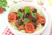 Spaghetti alla puttanesca with olives — Stock Photo
