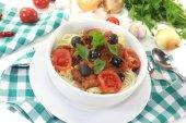 Spaghetti alla puttanesca with tomatoes — Stock Photo
