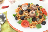 Spaghetti alla puttanesca with anchovy — Stock Photo