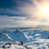 Sunset in snowy blue mountains with clouds — Stock Photo