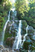 Nádherný vodopád v lese — Stock fotografie