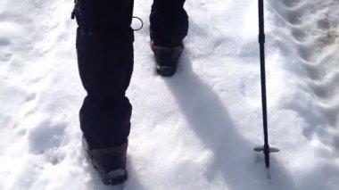 Человек идет снег на дороге — Стоковое видео