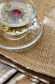 Bolas de té verde chino con flores, taza de té — Foto de Stock