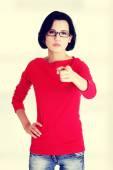 Sana işaret eden genç güzel beyaz kadın — Stok fotoğraf
