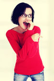 Eccitato giovane donna che punta su spazio copia — Foto Stock