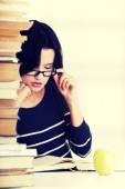 Mulher jovem estudante estudar na recepção — Foto Stock