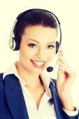 Assistente di call center giovane bella sorridente — Foto Stock