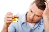 Yound man in depression, drinking alcohol — 图库照片