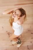 Jovem mulher posando — Fotografia Stock