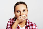 Woman eating popcorn — Stock Photo