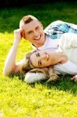 躺在草地上的情侣 — 图库照片