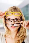 Mladá žena nosí dioptrické brýle — Stock fotografie