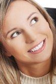 Portret van een gelukkige jonge vrouw opzoeken — Stockfoto