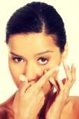 Cerca de una mujer poner lentes de contacto — Foto de Stock