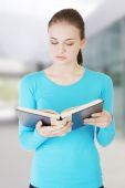 Woman reading a book — Stock Photo