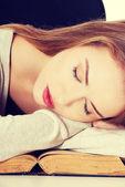 美丽的女人睡在一本书上. — 图库照片