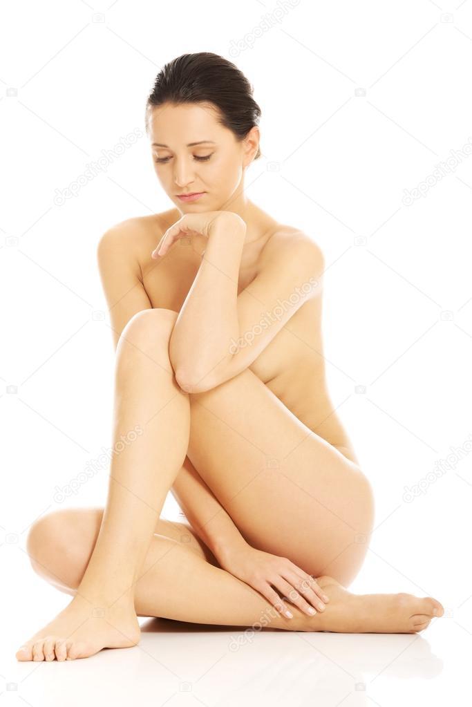 Chica gorda desnuda sentada en