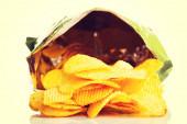 Tasty but unhealthy potatoe chips. — Stock Photo