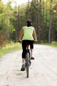 Weibliche touristen mit fahrrad — Stockfoto