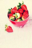 Fraises fraîches de rouges dans un bol. — Photo
