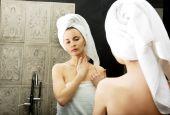 Woman take care of her beauty. — Fotografia Stock
