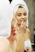 Mulher cuidar dos dentes. — Fotografia Stock